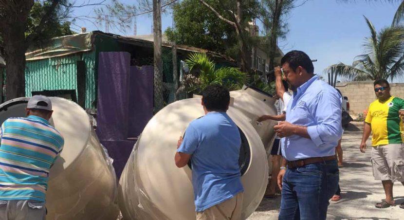 Entrega PAN tinacos en la colonia 'La Guadalupana' de Isla Mujeres