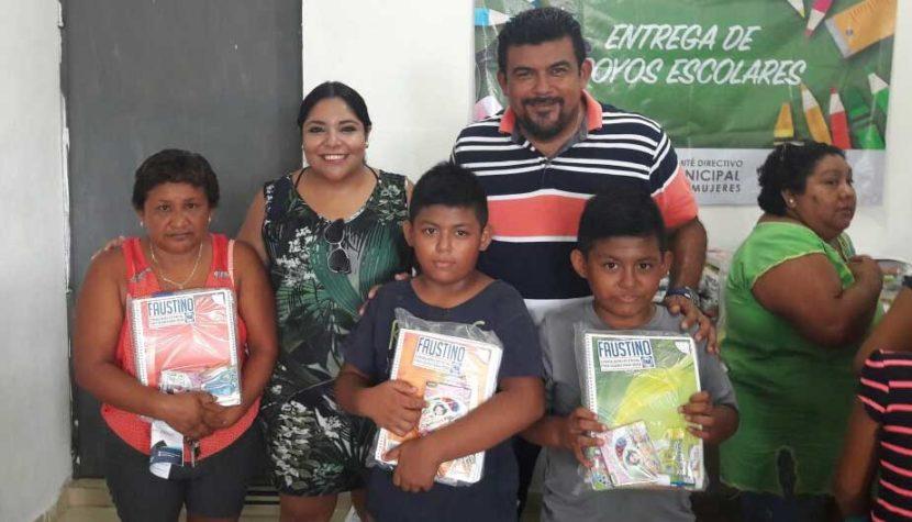 Entrega Faustino Uicab útiles escolares en Isla Mujeres