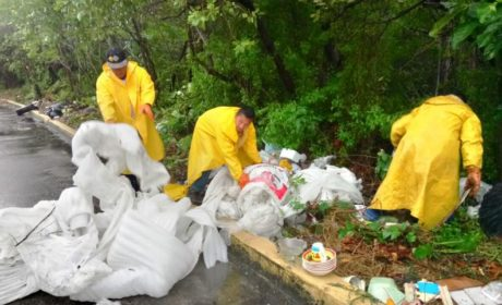 Retiran basura de la carretera intermunicipal Cancún- Isla Mujeres