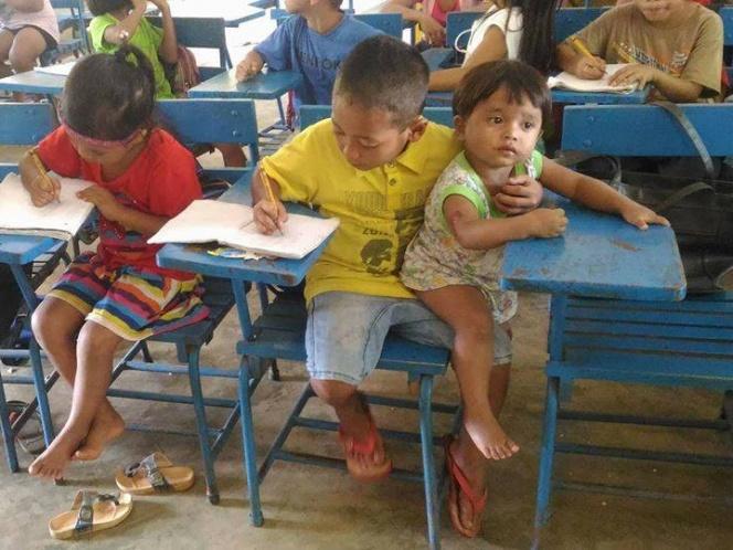 Niño de 7 años lleva a su hermano menor a la escuela