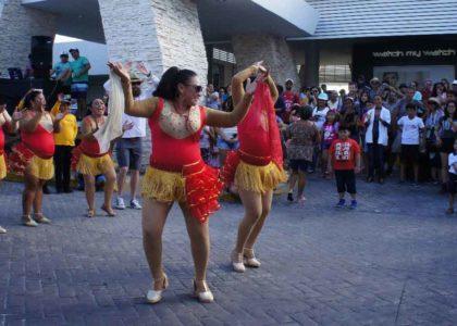 Turistas también disfrutan del Carnaval de Isla Mujeres