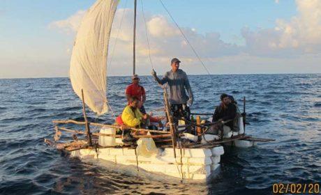 Semar rescata a siete cubanos a bordo de una balsa cerca de Isla Mujeres